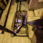 Schmaler und steiler Aufgang auf den Turm Westertoren in der Kirche Westerkerk