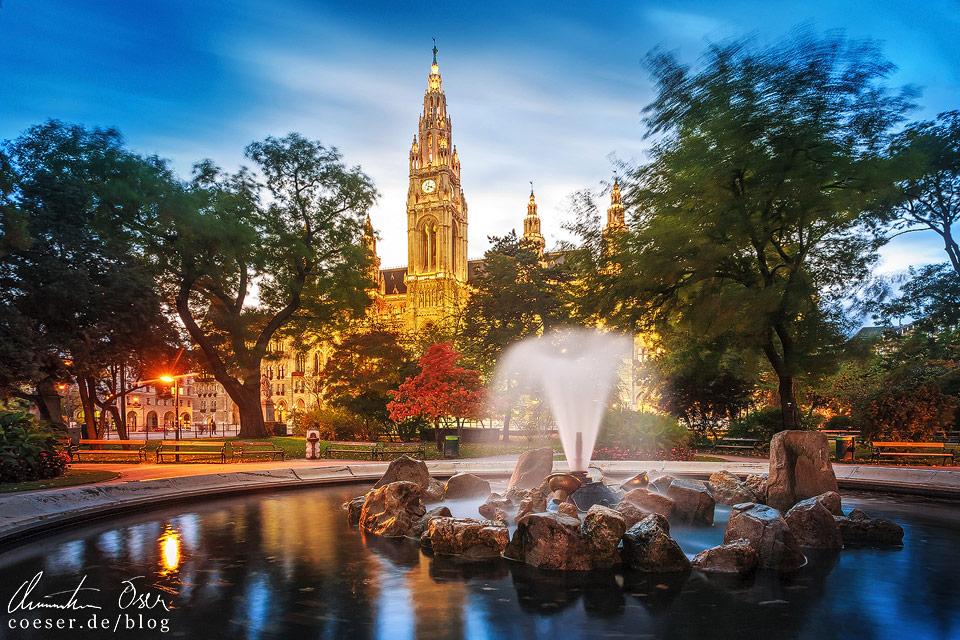 Rathauspark mit Blick auf das beleuchtete Wiener Rathaus