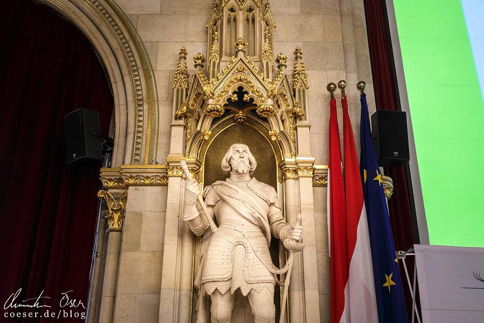 Statue des Feldherrn Niklas Graf Salm im Festsaal des Wiener Rathauses