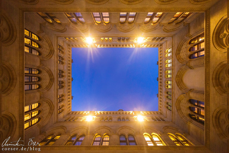Beleuchteter Innenhof im Wiener Rathaus