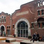 Die Foodhallen Amsterdam in einer ehemaligen Straßenbahnremise