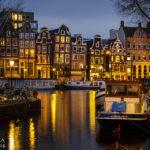 Abends erscheinen die beleuchteten Amsterdamer Häuser noch wirkungsvoller