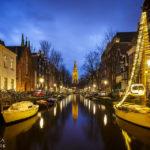 Die Zuiderkerk spiegelt sich schön in einer Gracht