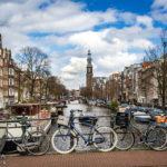 Ein Fotoklassiker: Blick auf die Westerkerk mit Fahrrädern im Vordergrund