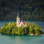 Blick auf die kleine Insel im Bleder See von der Terrasse der Bleder Burg