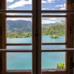 Blick auf den Bleder See durch ein Fenster in der Bleder Burg