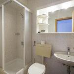 Bad in einem Doppelzimmer im Hotel Jelovica (in Zukunft Hotel Rikli) in Bled