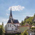 Blick auf die Kirche und die Burg vom Balkon des Doppelzimmers zur Seeseite im Hotel Jelovica (in Zukunft Hotel Rikli) in Bled