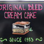 Werbung für die Original Bleder Cremeschnitte im Café des Hotel Park