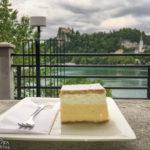 Die Original Bleder Cremeschnitte im Café des Hotel Park mit Blick auf die Burg