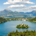 Panoramaansicht des Bleder Sees vom Aussichtspunkt Ojstrica