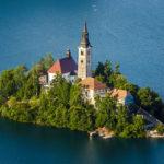 Blick auf die kleine Insel im Bleder See vom Aussichtspunkt Mala Osojnica