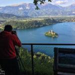 Ein Fotograf am Aussichtspunkt Mala Osojnica mit Blick auf den Bleder See