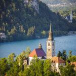 Blick auf die kleine Insel im Bleder See und die Burg vom Wanderweg zum Aussichtspunkt Mala Osojnica