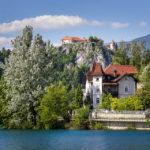 Eine historische Villa vor der Bleder Burg