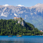 Blick Richtung Burg und die Ortschaft Bled vor den Karawanken