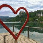 Rotes Herz an der Seepromenade mit Blick auf die Bleder Burg
