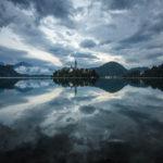 Die dramatische Wolkenstimmung wirkt als Spiegelung noch intensiver