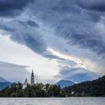 Bedrohliche Wolken zum Sonnenaufgang am Bleder See