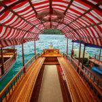 Ein leeres Pletna-Holzboot