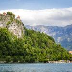 Blick auf die Burg während der Überfahrt zur kleinen Insel im Bleder See