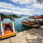 Traditionelle Pletna-Holzboote an der Anlegestelle auf der kleinen Insel im Bleder See