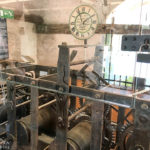 Das Uhrwerk der Pendeluhr im Glockenturm der Kirche Mariä Himmelfahrt auf der kleinen Insel im Bleder See
