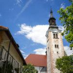Der Glockenturm der Kirche Mariä Himmelfahrt auf der kleinen Insel im Bleder See