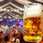 Eine Maß Bier im Festzelt des Erdinger Herbstfest