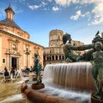 Der Brunnen auf dem Plaza de la Virgen, dahinter die Basilika und die Kathedrale von Valencia