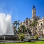 Das Rathaus (Ayuntamiento de Valencia) und der daneben liegende Springbrunnen