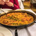 Eine Pfanne Paella im Hafenrestaurant El Coso