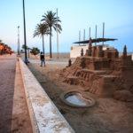 Eine große Sandburg am Strand von Valencia