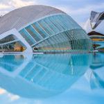 Das Gebäude L'Hemisfèric in der Stadt der Künste und Wissenschaften, dahinter das Opernhaus Palau de les Arts Reina Sofía