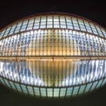 Die Spiegelung des Gebäudes L'Hemisfèric in der Stadt der Künste und Wissenschaften lässt ein Auge erkennen