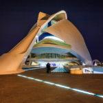 Das dreieckige Gebilde rechts des Opernhauses Palau de les Arts Reina Sofía ist der Zugang zum Parkhaus