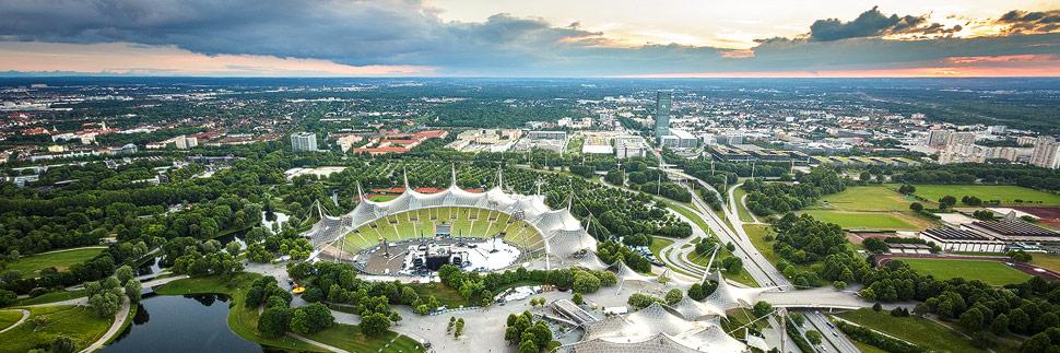 Blick vom Olympiaturm auf das Olympiagelände in München