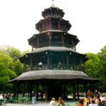 Der Holzturm im Biergarten Chinesischer Turm im Englischen Garten