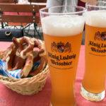 Zwei Weißbier und Brezn im Biergarten Hirschgarten in München