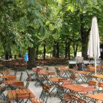 Nach einem Regenguss leerer Biergarten Hirschgarten in München