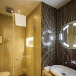 Bad im Doppelzimmer im Hotel Cocoon Stachus in München
