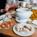 Ein Paar Weißwürste im Hofbräuhaus München
