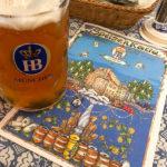 Eine Maß Weißbier und die Speisekarte im Hofbräuhaus München