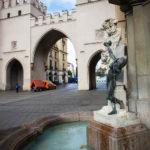 Das Karlstor und das Brunnenbuberl in München