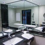 Bad im Doppelzimmer im Marriott Hotel München