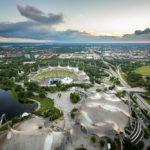 Blick vom Olympiaturm auf das Olympiastadion und die Olympiaschwimmhalle