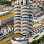 Blick vom Olympiaturm auf das Hauptverwaltungsgebäude BMW-Vierzylinder