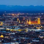 Blick vom Olympiaturm in Richtung Münchner Innenstadt während der Blauen Stunde