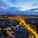 Blick vom Olympiaturm auf das Olympiastadion und die Olympiaschwimmhalle während der Blauen Stunde