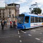 Eine Straßenbahn am Karlsplatz/Stachus in München